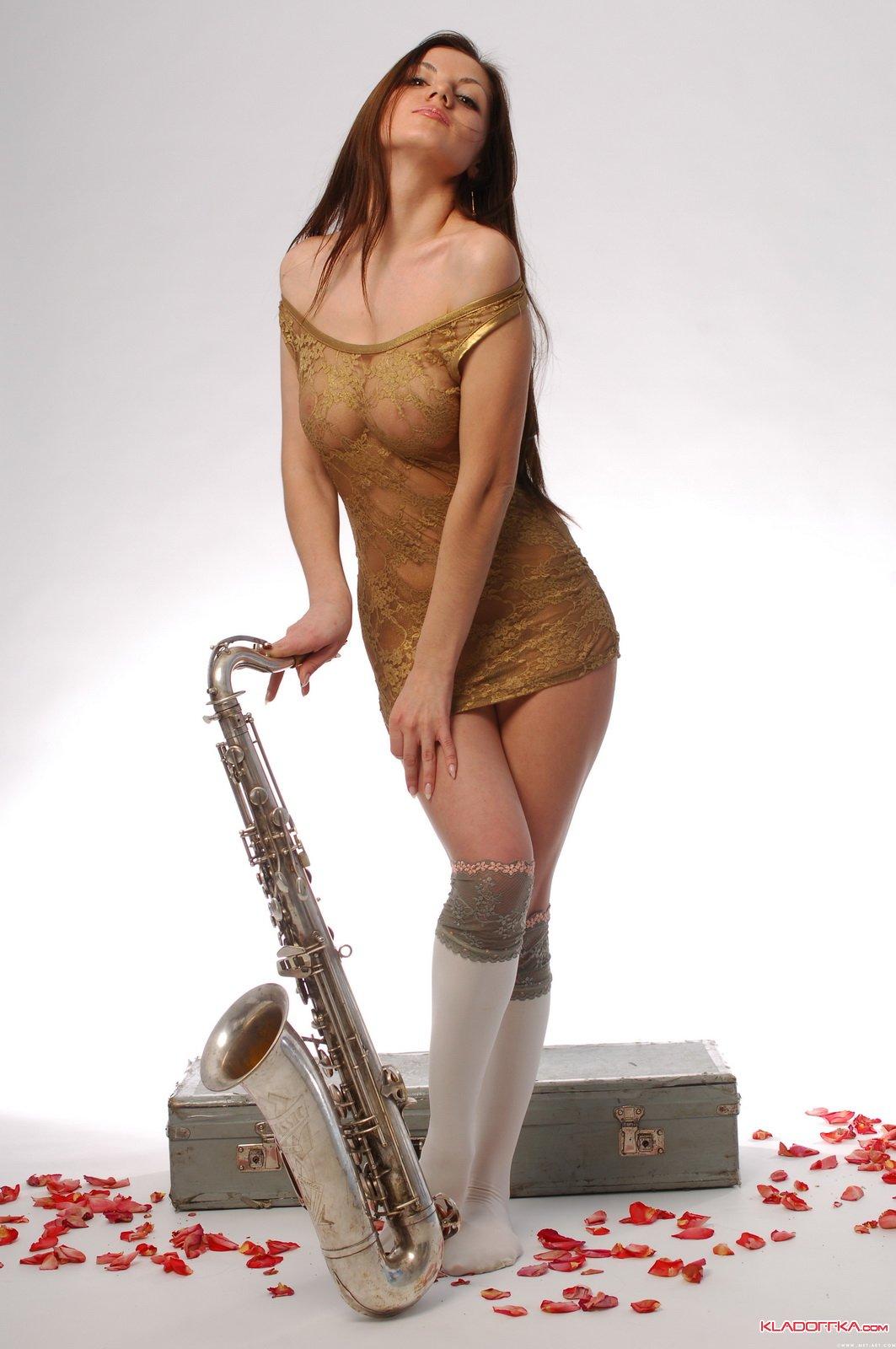 Фото голая девушка и саксофон