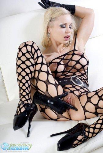 Невероятно сексуальная блондинка Jenny Poussin в эротическом латексном наряде