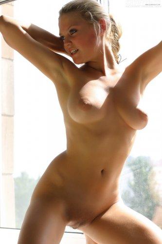 Милашка Валентина у окна в солнечный день