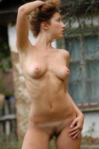 Деревенская девка Gioconda с отличной задницей обнажилась на лужайке