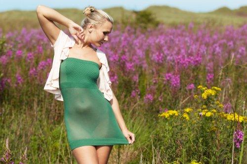 Летние эротические фото улыбчивой Sindy Velmon в поле на покрывале