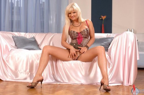 Накаченная силиконам сучка Kassey Krystal доводит себя до оргазма пальцами