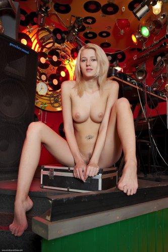 Сексуальная голая девушка ди-джей Mila устроила эротику на сцене
