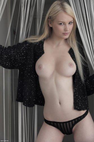 Юная блондиночка с нежной кожей Tabitha