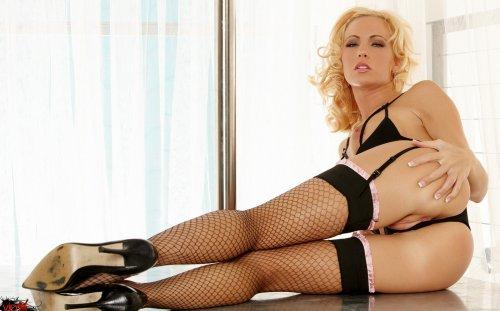 Блондинка Cody Love в сексуальном наряде учится стриптизу в домашних условиях