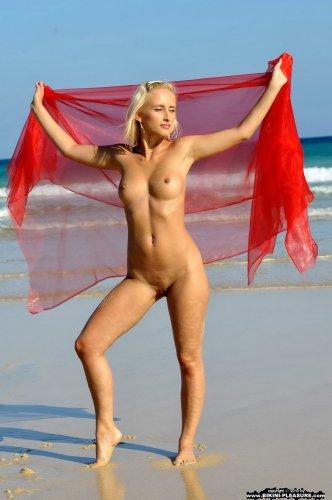 Красивая эротика от обнажённой Adriana с красным платком на пляже