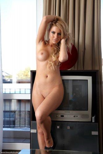 Шикарная блондинка Лиза с бритой писей разделась в номере отеля для фото