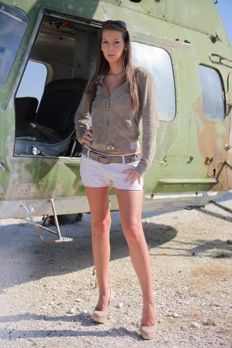 Голая девушка десантник Lizzie Ryan с красивой грудью на фоне верталёта