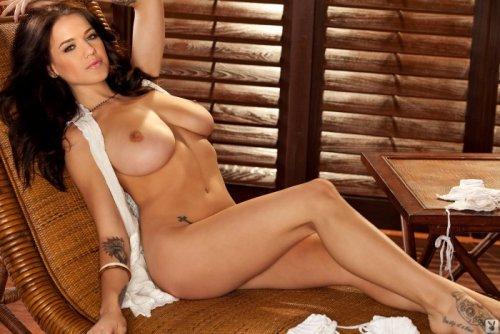 Шикарная Tess Taylor с большой красивой грудью в деревянной беседке