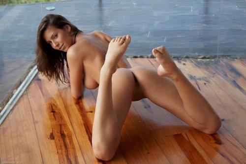 Знаменитая модель Lizzie Ryan показывает бритую пизду крупным планом