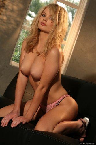 Сексуальная блондинка Alexis Ford скучает по вечерам