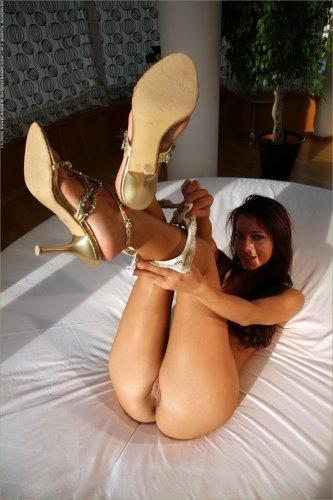 Melisa голая в круглой постели