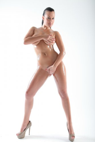 Carmen Croft - мокрая брюнетка с большими сиськами