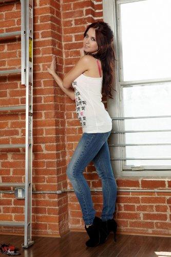 Милая Chrissy Marie снимает одежду