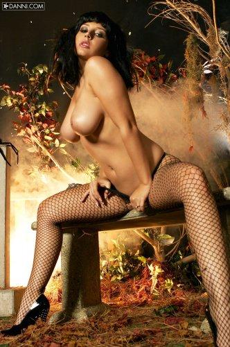 Ведьма Erica Campbell с большими сиськами рвёт на себе чулки от возбуждения
