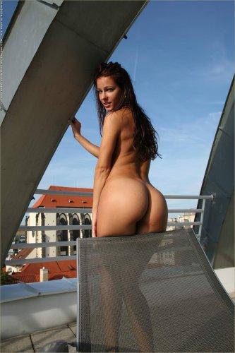 Соблазнительная Kristina Walker с голой шикарной задницей на крыше