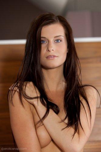 Красотка Megan на лестнице