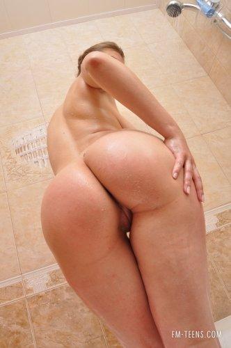 Частные эротические фотографии похотливой Ольги принимающей ванну