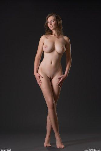 Эротические фотографии обнажённой грудастой дамы Ashley в темноте