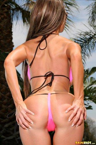 Sandee Westgate у бассейна в розовом бикини