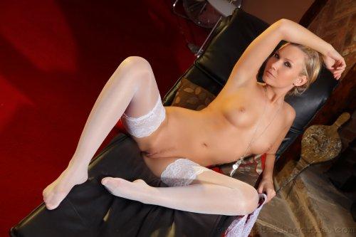 Sindy Velmon (Michelle M.) в белых чулочках