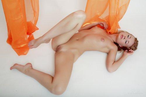 Milenna на полу
