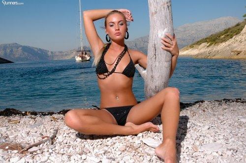 Загорелая Veronika Fasterova в соблазнительных позах
