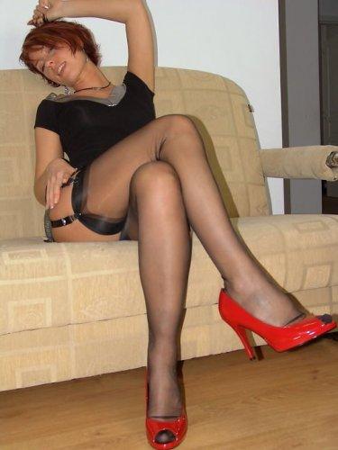В красных туфлях и чёрных чулках
