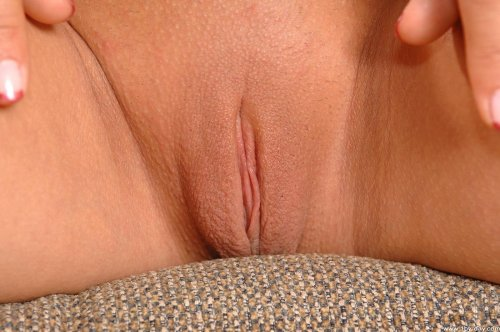 Симпатичная голая деваха Angelica Heart с гладкой бритой пиздой на диване