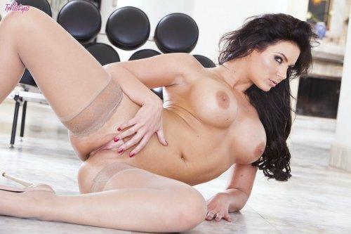 Сексбомба Phoenix Marie с большой пышной грудью в телесных чулках без одежды