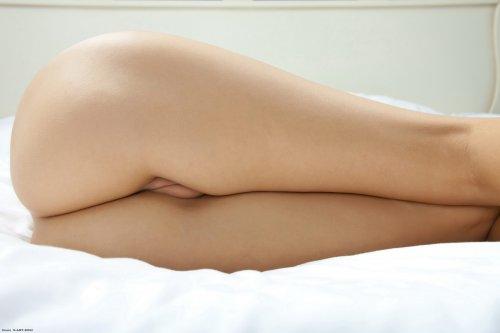 Стеснительная девчонка Mackenzie сексуально снимает трусики перед фотокамерой