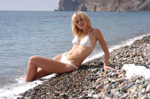 Красивые эротические фото обнажённой Ксюхи на диком каменистом пляже