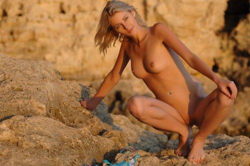 Симпатичная блондинка Mila делает частные эротические фото на закате