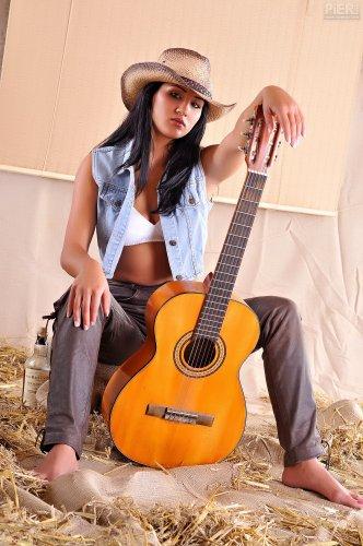 Ковбойша с гитарой Cassandra Rose
