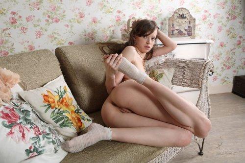 Симпотная девушка Kitana сняла трусики