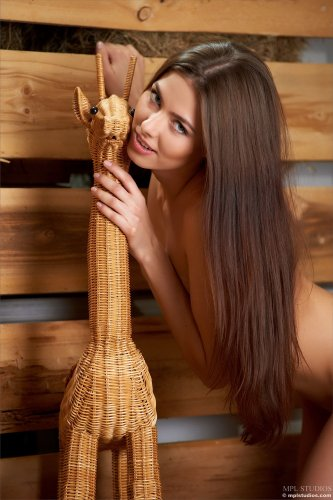 Arianna устроила стриптиз на сеновале