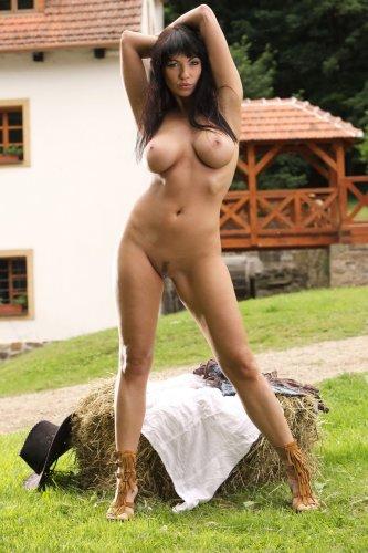 Сексуальная ковгёрл Marta с большой красивой грудью раздевается на лужайке