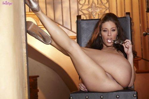 Gracie Glam с дилдо у лестницы