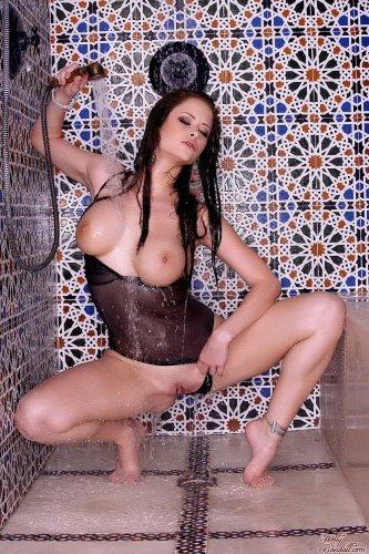 Emily Addison принимает душ