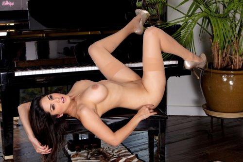 Пианистка Sunny Leone
