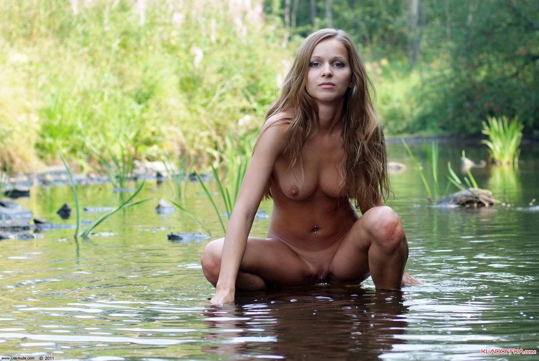Оксана с роскошным туловищем снимает лифчик в привате