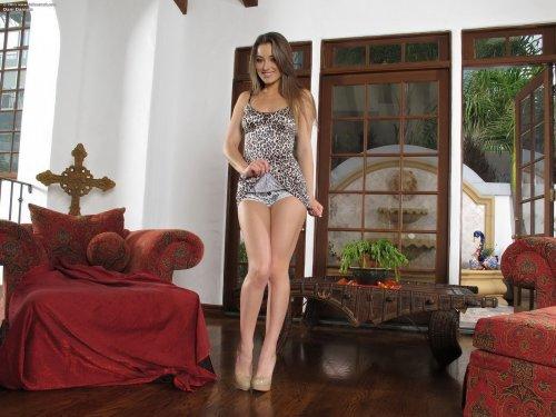 Красотка Dani Daniels с гладкой упругой попкой со стеклянным самотыком