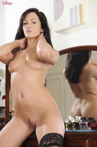 Стройная пошлая красотка Tess Lyndon в сексуальном нижнем белье у зеркала