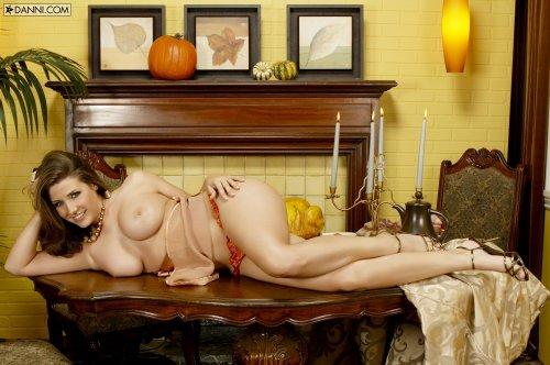 Весёлая раскрепощённая Erica Campbell с идельными сиськами голая на столе