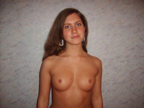 Симпатичная голая Надя любит делать домашние эротические фото