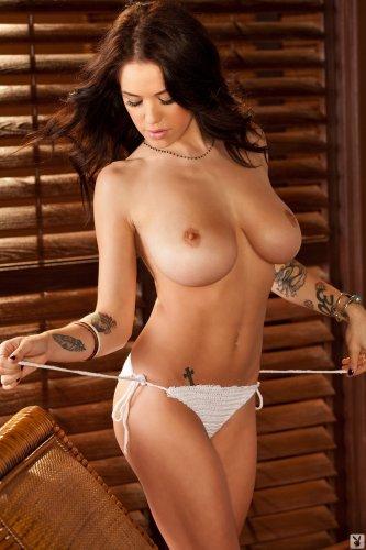 Tess Taylor на плетёной кушетке