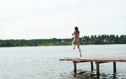 Сбежала от зноя в реку