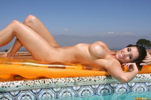 Горячая фотомодель Dylan Ryder хвастается большой силиконовой грудью