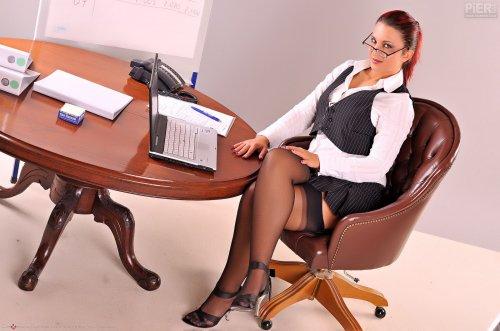 Развратная секретутка Heather Rush разделась и мастурбирует на рабочем столе