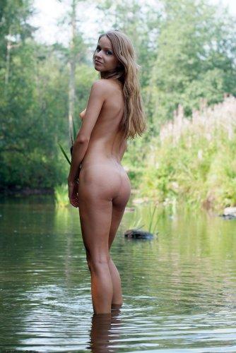 Голая Маша плещется на речке